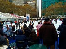 Ijs die in Bryant Park NYC schaatsen stock fotografie