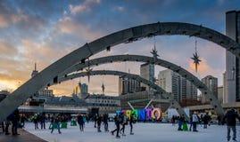 Ijs die in fronto van het Stadhuis van Toronto schaatsen, Canada Stock Foto