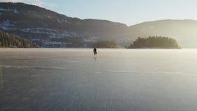 Ijs die op een bevroren meer schaatsen stock footage