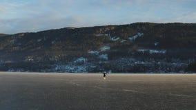 Ijs die op een bevroren meer schaatsen stock videobeelden