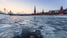 Ijs die op Moskva-rivier voor de muur van het Kremlin drijven stock footage