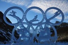 Ijs die van het ijs het magische festival vertegenwoordigend ijshockey bij meer Louise in baff nationaal park, Alberta, Canada sn stock foto's
