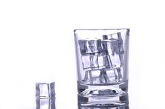 Ijs in een glas op wit Stock Foto's