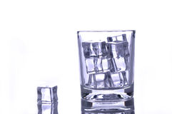 Ijs in een glas op wit Stock Afbeelding