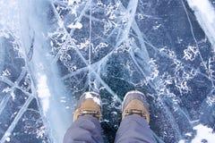 Ijs en barsten op de oppervlakte van Meer Baikal stock afbeelding