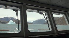 Ijs en ijsberg van patrijspoortvenster van jacht in Noordpooloceaan stock footage