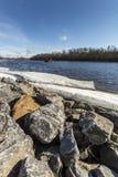 Ijs en Rotsen door Rivier Stock Foto
