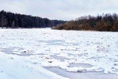 Ijs en Sneeuw op de Rivier stock fotografie
