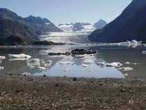 Ijs gevuld meer met Gletsjer Stock Afbeeldingen