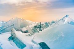 Ijs het breken en sneeuw behandeld het watermeer van Baikal Rusland stock foto's