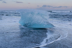 Ijs het breken over de zwarte horizon van het zandstrand, IJsland Royalty-vrije Stock Foto