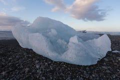 Ijs het breken van ijsbergen op het zwarte strand van het rotszand Royalty-vrije Stock Afbeeldingen