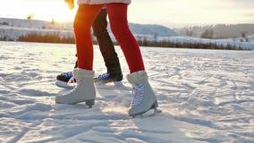 Ijs het schaatsen tienersbenen op een meer - langzame motie stock video