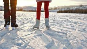 Ijs het schaatsen tienersbenen tegen het plaatsen van zon stock video