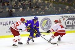 Ijs-hockey spel de Oekraïne versus Polen Stock Foto's