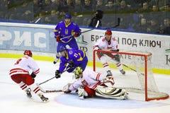 Ijs-hockey spel de Oekraïne versus Polen Stock Afbeeldingen