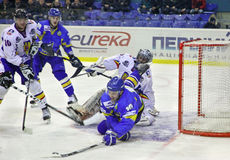 Ijs-hockey spel tussen de Oekraïne en Roemenië Stock Foto