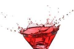 Ijs-kubus plons in een rode geïsoleerdeo vloeistof royalty-vrije stock foto