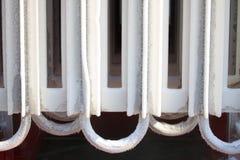 Ijs op buizenstelsel wanneer te verwerken leveringsstikstof, Container met vloeibare stikstof, partij van damp, koel ijs op buis  Stock Afbeeldingen