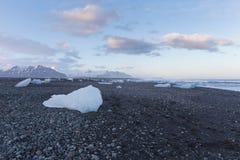 Ijs op de zwarte horizon van de de vormijsberg van het rotsstrand in wintertijd, IJsland royalty-vrije stock afbeelding