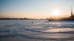 Ijs op Neva-rivier dichtbij in heilige-Petersburg stock afbeelding