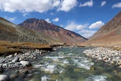 ijs rivier hoog in himalayan bergen Royalty-vrije Stock Foto's
