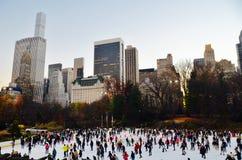 Ijs-schaatsende mensen met witte Kerstmis in Central Park, de Stad van New York, de V.S. Stock Fotografie