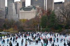 Ijs-schaatsende mensen met witte Kerstmis in Central Park, de Stad van New York, de V.S. Stock Foto's
