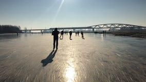 Ijs schaatsende mensen op een bevroren meer stock footage