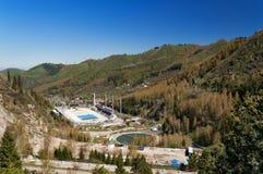 Ijs-schaatsende piste in de bergen, Kazachstan Het openluchtsnelheid schaatsen en kromme piste in een bergvallei Royalty-vrije Stock Foto