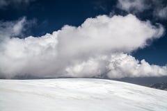 Ijs, sneeuw, hemel en bergen in Pamir Stock Foto