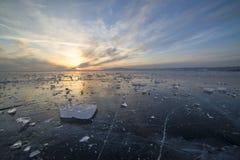 Ijs van het meer van Baikal bij zonsondergang Royalty-vrije Stock Foto's