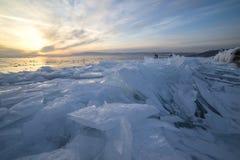 Ijs van het meer van Baikal bij zonsondergang Royalty-vrije Stock Afbeeldingen