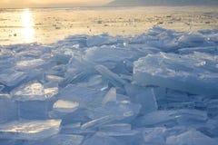 Ijs van het meer van Baikal bij zonsondergang Stock Foto's