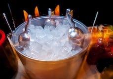 Ijs voor dranken en cocktails stock fotografie