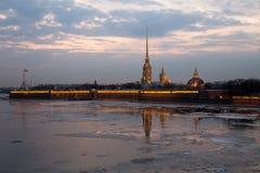 Ijsafwijking op de rivier door de vesting en de zonsondergang De lente Heilige-Petersburg Rusland royalty-vrije stock foto