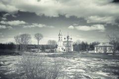 Ijsafwijking op de rivier in Rusland, de kerk op de kust, I Stock Foto's