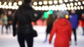 Ijsbaan met vele in openlucht open mensen 's nachts stock video