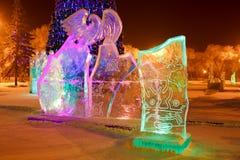 Ijsbeeldhouwwerk in het stadspark op Kerstmis en stock foto