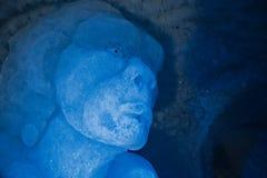 Ijsbeeldhouwwerken in een ijshol Stock Afbeeldingen