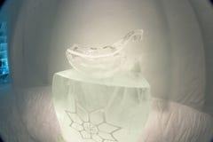 Ijsbeeldhouwwerken in icehotel Stock Foto's