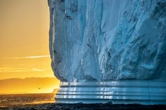 Ijsberg bij zonsondergang Aard en landschappen van Groenland Diskobaai West-Groenland stock foto