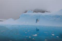 Ijsberg in de mist Stock Foto's