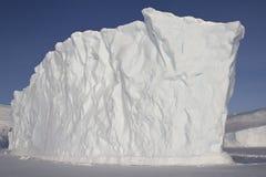 Ijsberg in de oceaan dichtbij de Zuidpool wordt bevroren die Royalty-vrije Stock Afbeeldingen