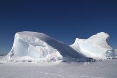Ijsberg in de oceaan van het Antarctische Schiereiland in winte wordt bevroren die Stock Foto's
