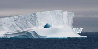 Ijsberg die in tabelvorm, Antarctica drijft Royalty-vrije Stock Foto's