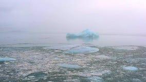 Ijsberg en ijs van gletsjer in noordpoolaardlandschap op IJsland stock video