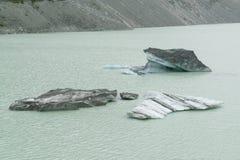 Ijsberg het breken van gletsjer over watermeer stock fotografie