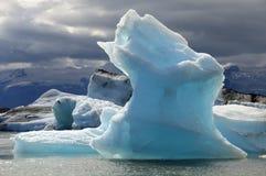 Ijsberg in het Meer Stock Foto's