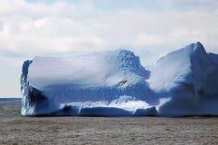 Ijsberg in kalme wateren Stock Afbeeldingen